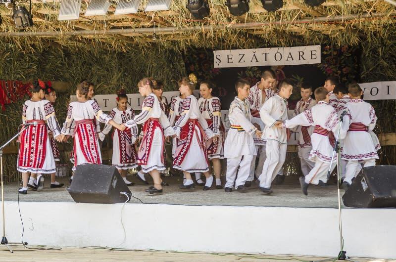 Rumänska traditionella danser royaltyfria bilder