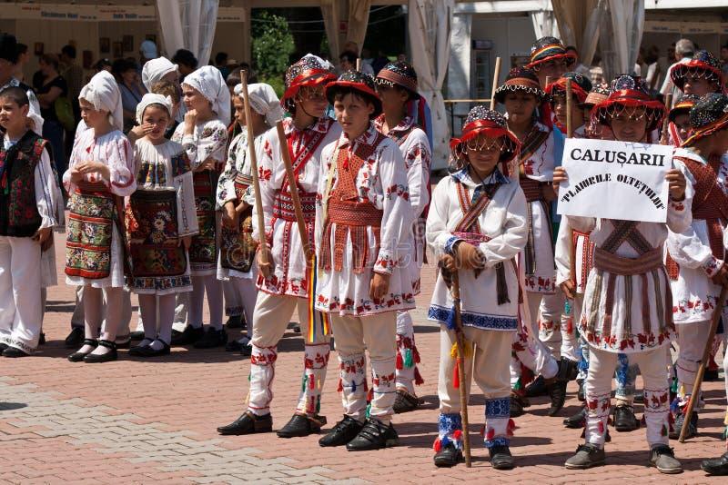 Rumänska traditionella dräkter ståtar royaltyfri fotografi