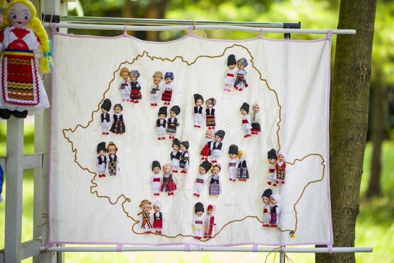 Rumänska traditionella färgrika handgjorda dockor arkivbilder