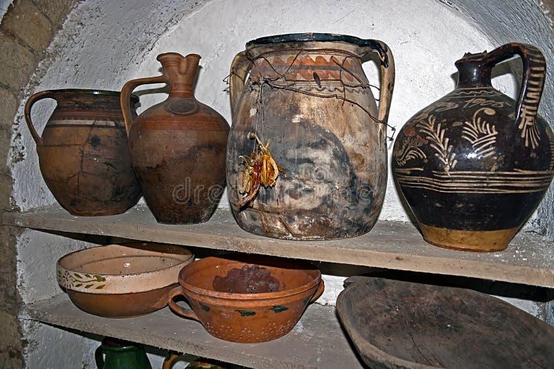 Rumänska traditionella krukor arkivbilder