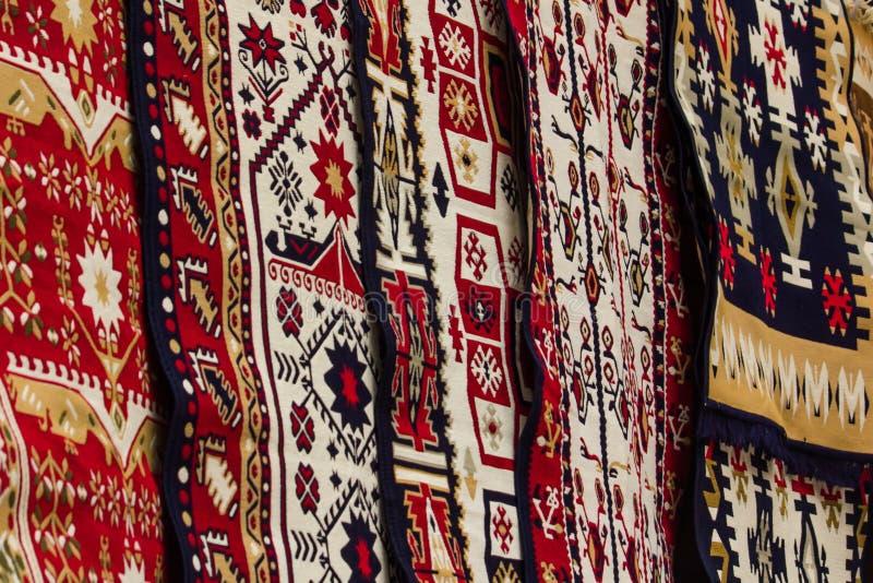 Rumänska traditionella mattor royaltyfria foton