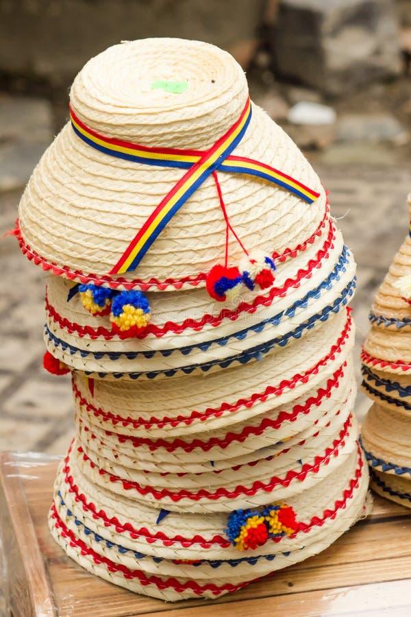 Rumänska traditionella sticklingshushattar royaltyfri foto