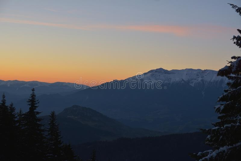 Rumänskt solnedgånglandskap över Bucegi berg royaltyfria bilder