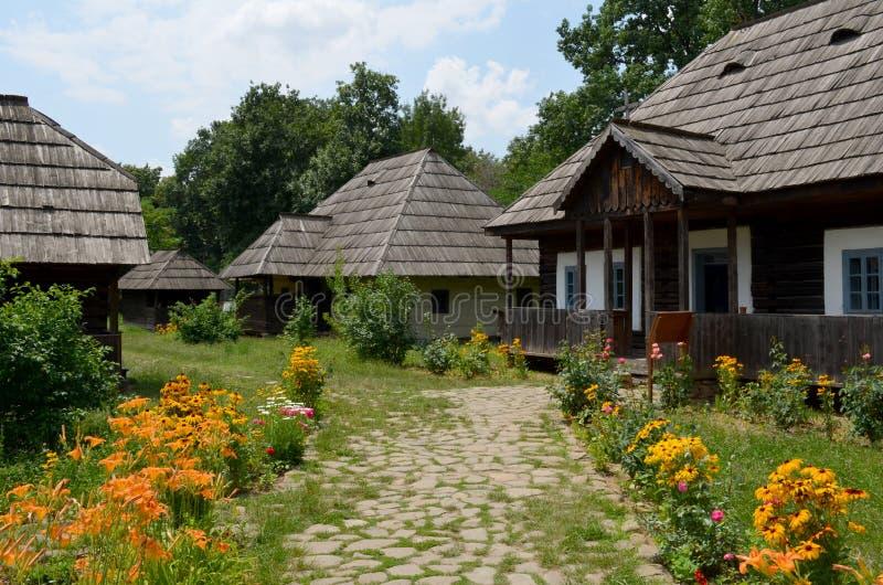 Rumänskt traditionellt trähus i museum för öppen luft royaltyfria foton