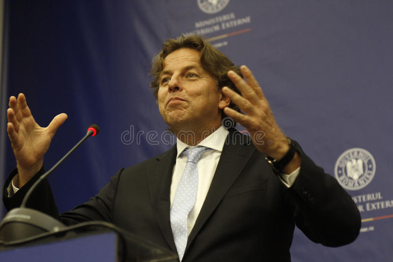 Rumänskt utländskt - angelägenheter sörjer för Bogdan Aurescu konsultationer med att besöka holländska motstycken Bert Koenders arkivbild