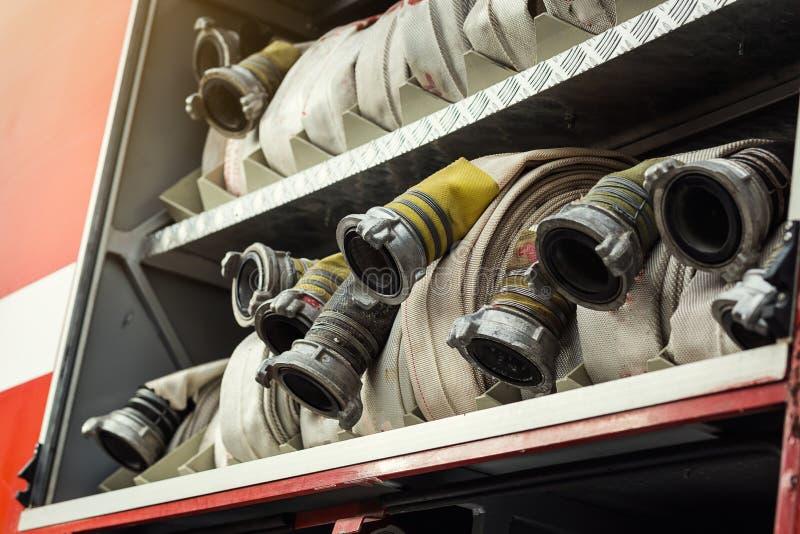 Rum av hoprullade brandslangar på en fireengine Nödläge s arkivfoto