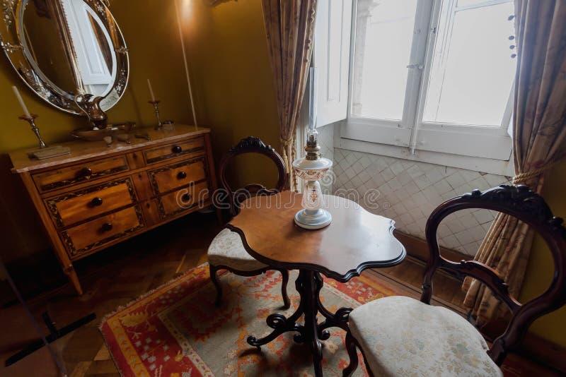 Rum av konungen med antikt m?blemang, spegeln och den stilfulla inre av den 19th ?rhundradePena slotten arkivfoton