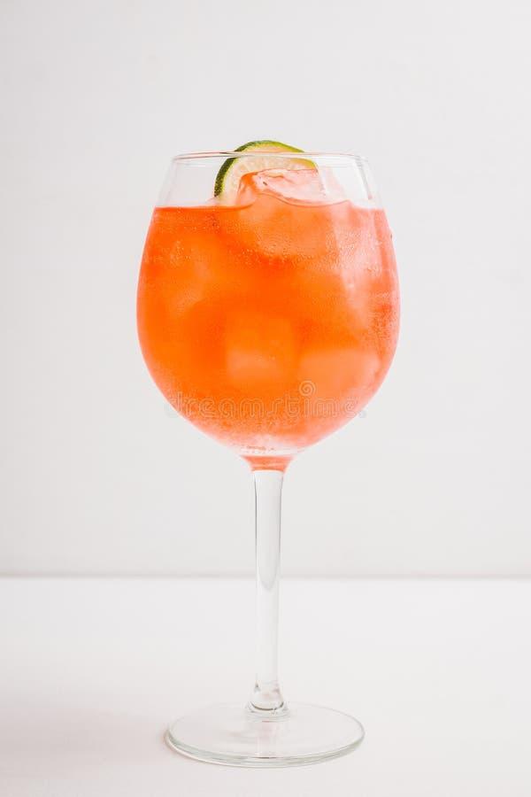 Rum basierte rotes Cocktail mit Kalk im Weinglas lizenzfreie stockbilder