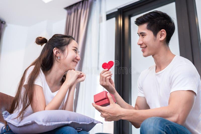 Rum bo, ungt som är lyckligt, man, hem, gåva, par, tillsammans, hjärta, ask, överraskning, soffa, folk, kvinnlig, person, flicka, arkivbilder