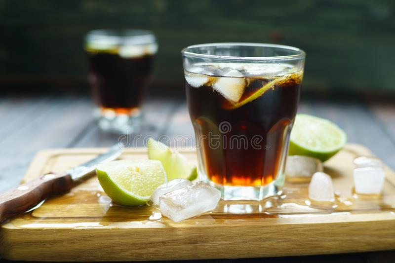 Rum e cola refrescando o cocktail do álcool de Cuba Libre com o cal fotos de stock royalty free