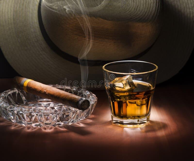 Rum e sigaro fotografia stock libera da diritti