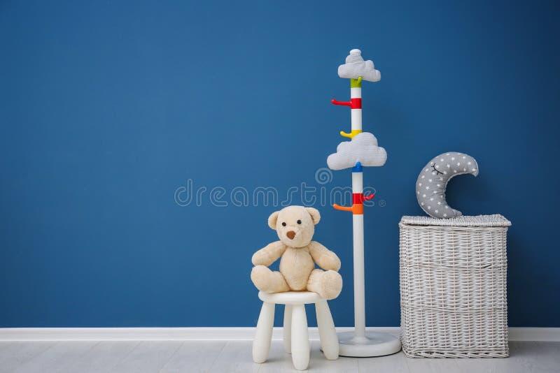 Rum för barn` s med den ljusa färgväggen royaltyfri fotografi