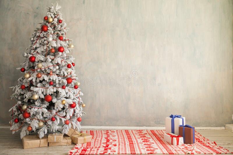 Rum för gåvor för glad jul semestrar inre vitt trädet för det nya året royaltyfria bilder