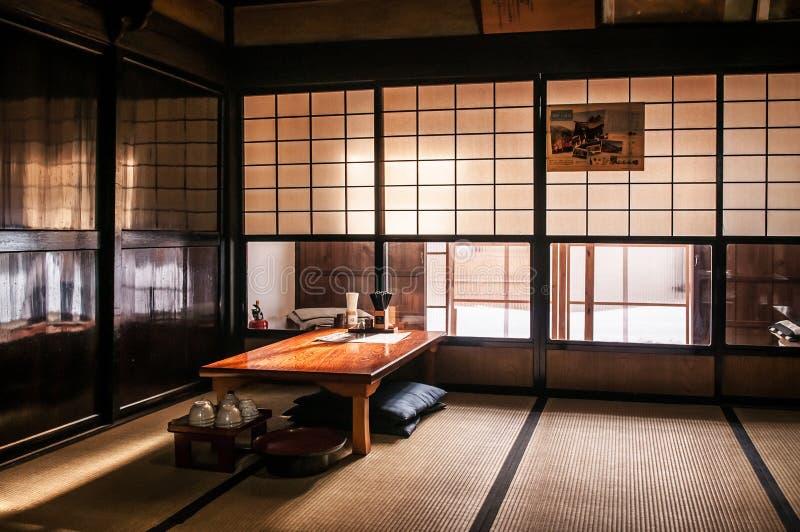 Rum för japansk stil med Tatami och den pappers- dörren, trätabell arkivbilder