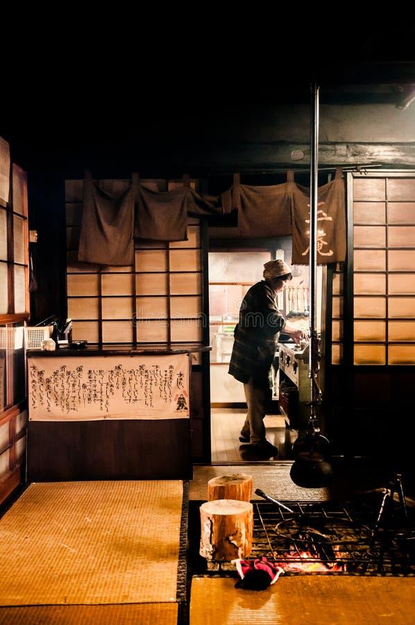 Rum för japansk stil med Tatami och den traditionella spisen royaltyfria bilder