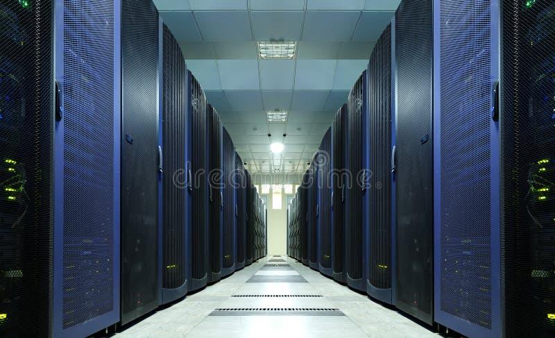Rum för nätverksserver med datorer för digitala kommunikationer och internet, abstrakt databegrepp, royaltyfri bild
