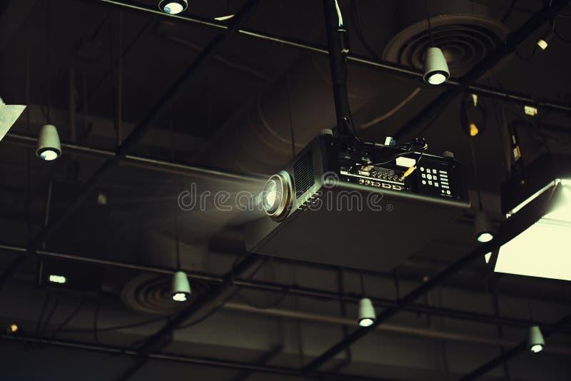 Rum för projektor som i regeringsställning är klart för presentation royaltyfria foton