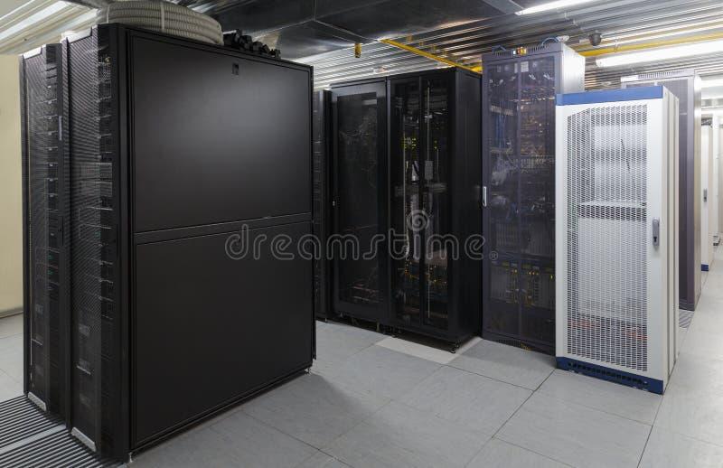 Rum för Supercomputermittserver med toppna kraftiga moderna processorer arkivfoton