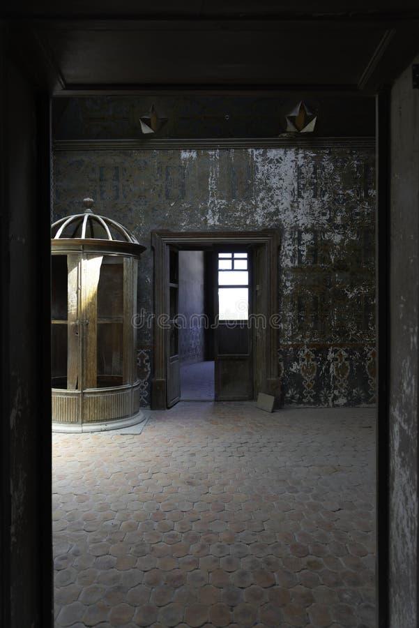 Rum i kolonialt hus i Mexico gräsplantapet arkivfoton