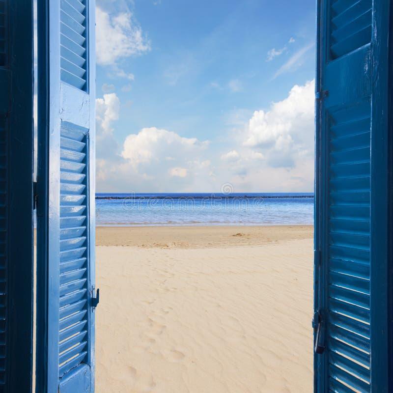 Rum med den öppna dörren till seascape arkivbild