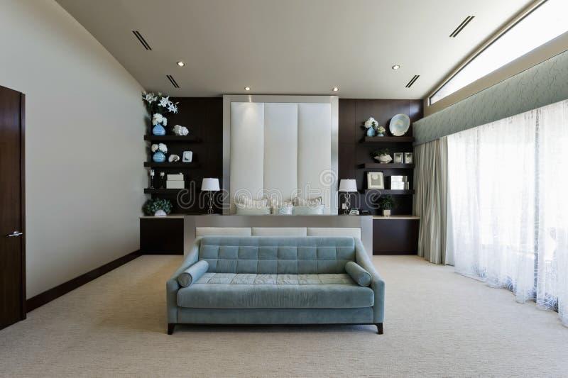 Rum med soffan royaltyfri foto