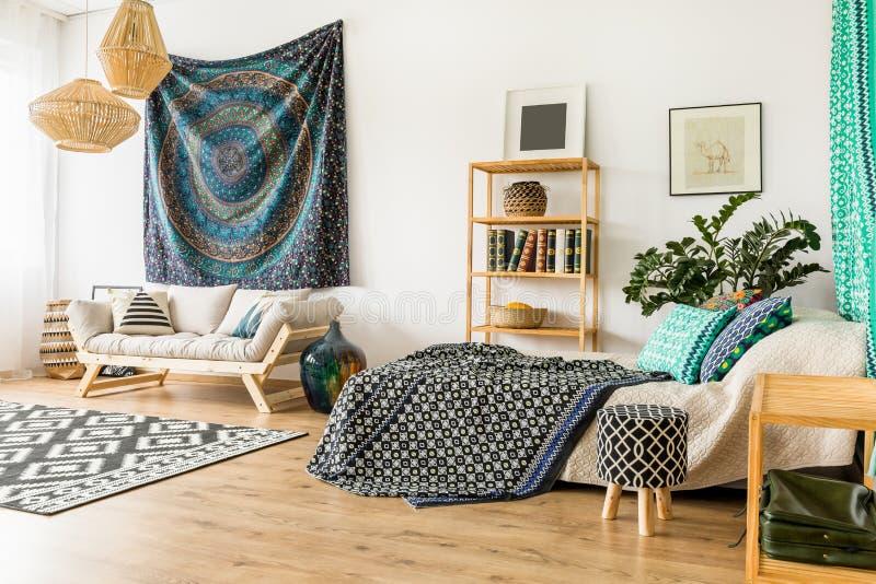 Rum med soffan och säng fotografering för bildbyråer