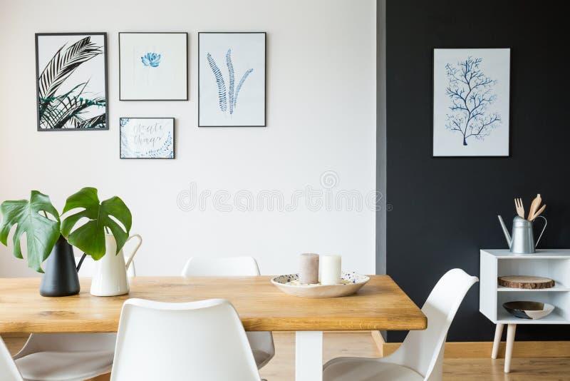 Rum med tabellen och affischer arkivfoton
