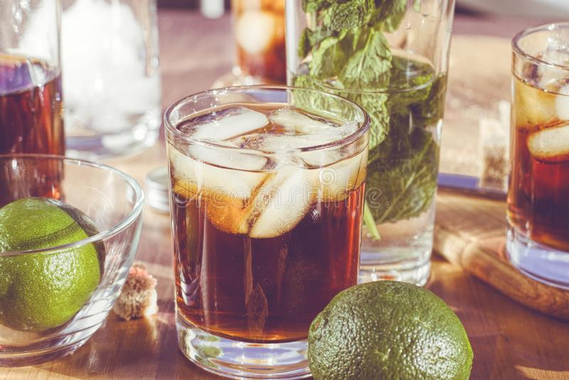 Rum met ijs, de Weegschaal van Cuba, alcohol, ijs, glas, drank, rum, stock afbeeldingen