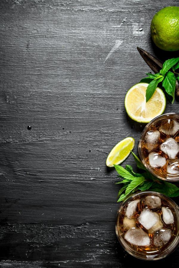 Rum met ijs, munt en verse kalk stock fotografie