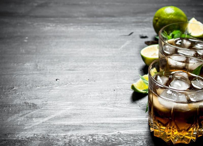 Rum met ijs, munt en verse kalk royalty-vrije stock foto