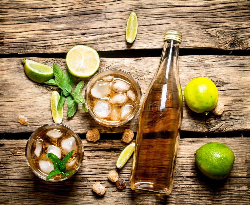 Rum met munt en kalk royalty-vrije stock afbeelding