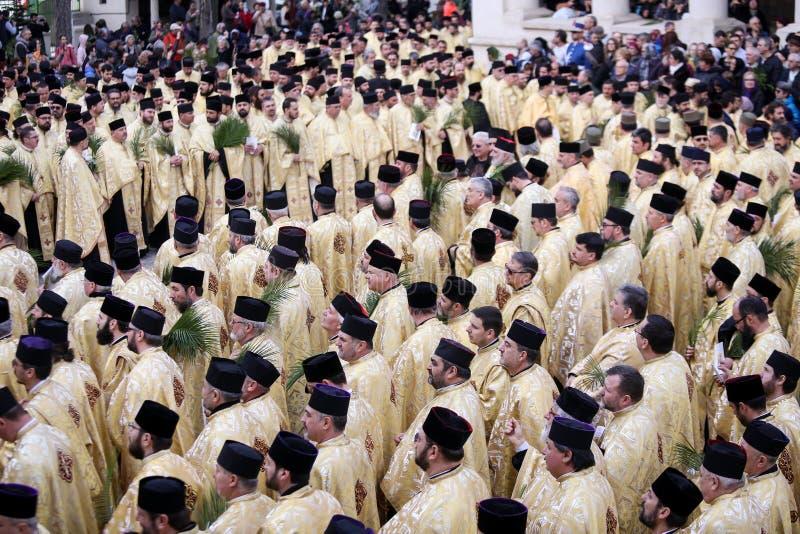 Rum?nische orthodoxe Priester w?hrend einer Palmsonntags-Pilgerfahrtprozession in Bukarest lizenzfreies stockbild