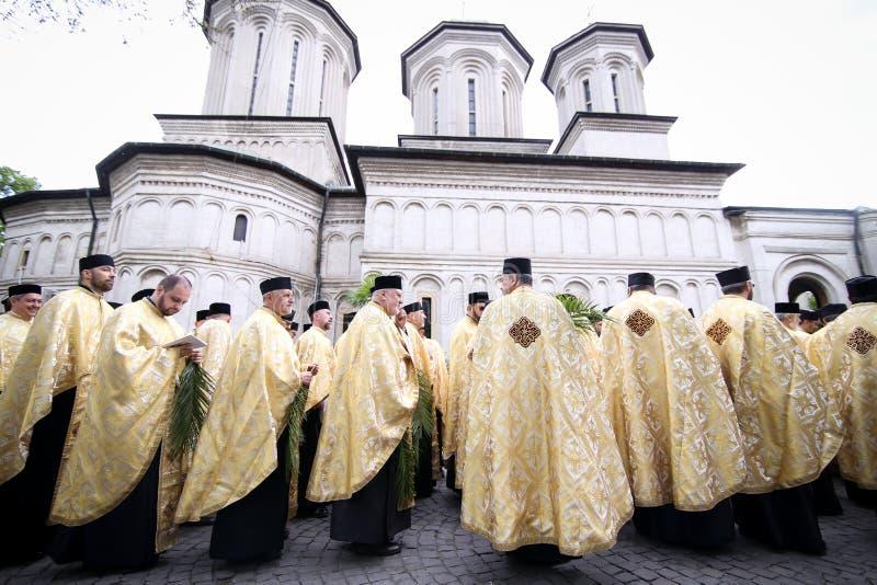Rum?nische orthodoxe Priester w?hrend einer Palmsonntags-Pilgerfahrtprozession in Bukarest lizenzfreie stockbilder
