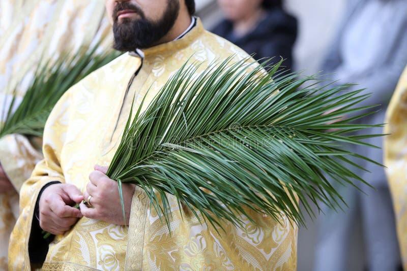 Rum?nische orthodoxe Priester w?hrend einer Palmsonntags-Pilgerfahrtprozession in Bukarest lizenzfreie stockfotografie