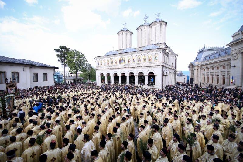 Rum?nische orthodoxe Priester w?hrend einer Palmsonntags-Pilgerfahrtprozession in Bukarest stockfotos