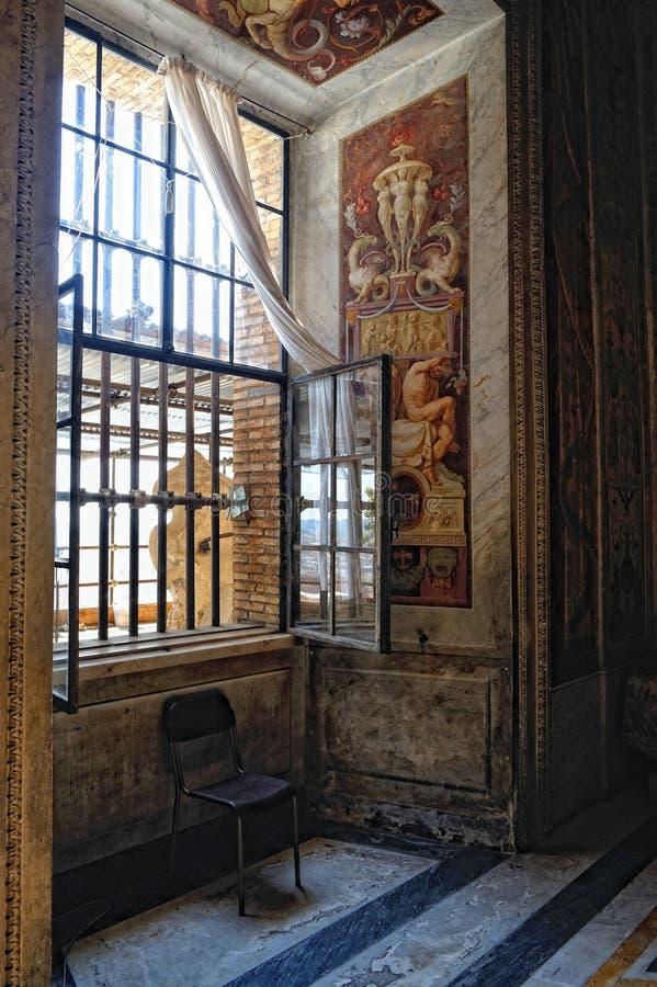 Rum och fönster i Vaticanenmuseet arkivbild