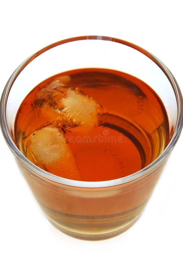 Rum scuro con ghiaccio immagine stock
