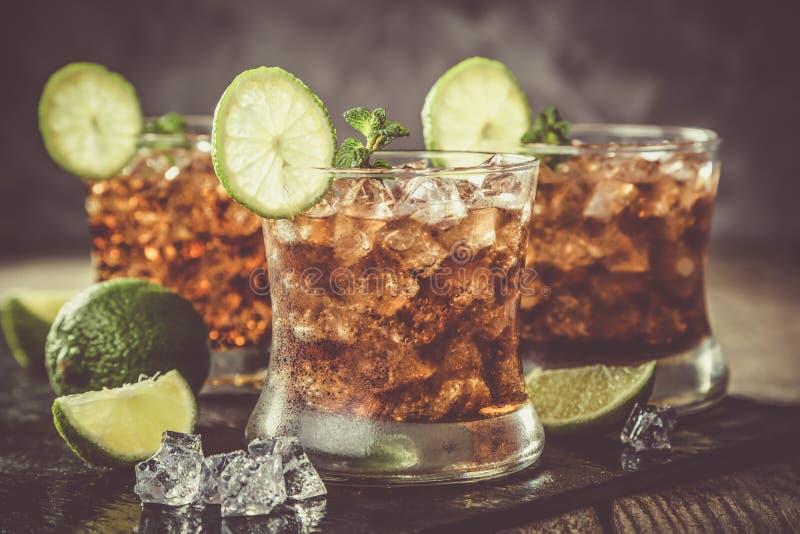 Rum- und Kolabaumcocktail in den Gläsern lizenzfreies stockfoto