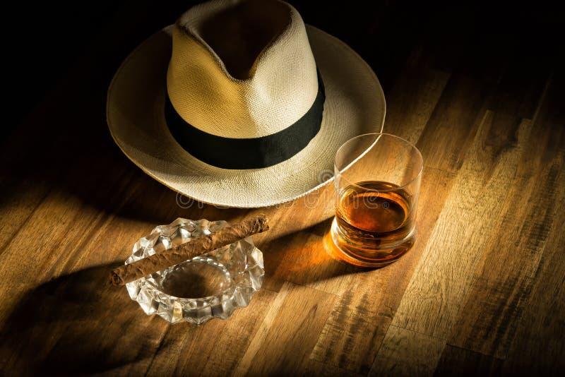 Rum, Zigarre und ein Hut stockfotografie