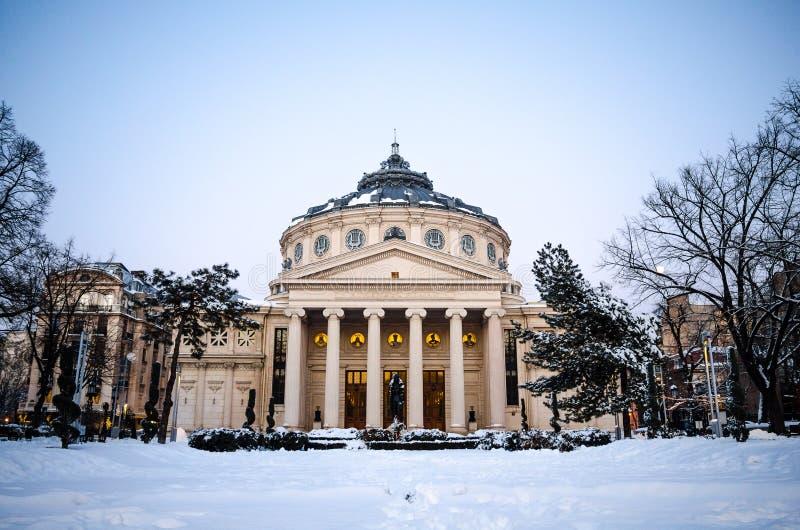 RUMANIA, Bucarest, 22 01 2016, el Athenaeum rumano capturado en él es esplendor en el medio del invierno imágenes de archivo libres de regalías