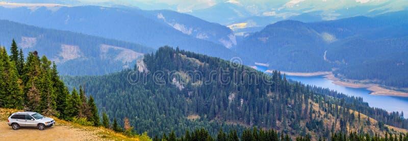 rumania Montañas de Bucegi SUV de la aventura del camino fotos de archivo