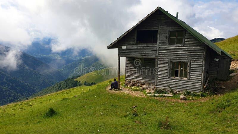 Rumania, Montañas Rodnei, Ancuta se refugió de la montura de Curatel imagen de archivo