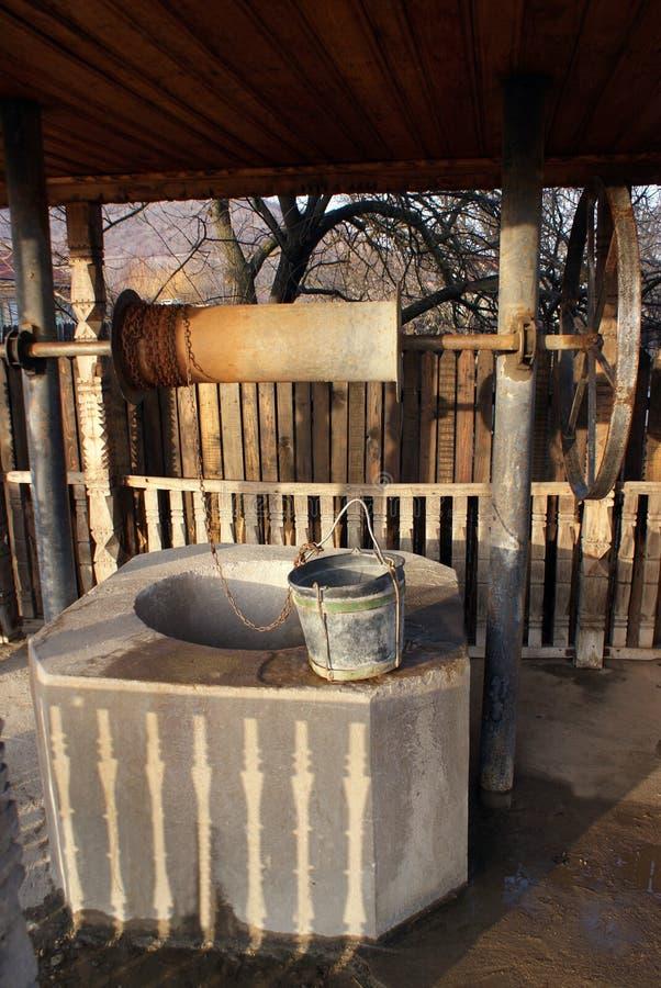 Rumanos tradicionales drenan-bien imagen de archivo