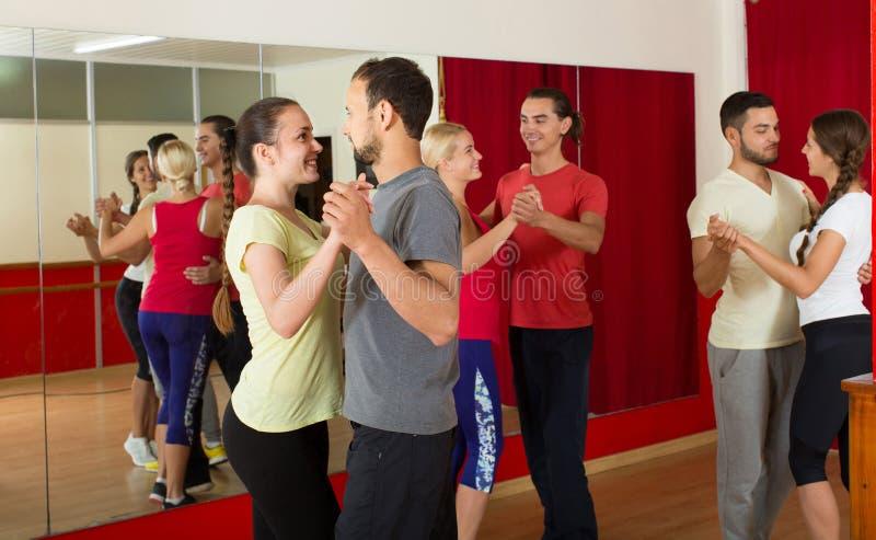Rumba del baile del grupo de personas en estudio imagen de archivo libre de regalías