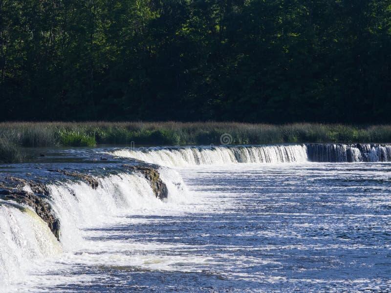 Rumba di Ventas della cascata sul fiume Venta a Kuldiga, Lettonia, fuoco selettivo fotografia stock libera da diritti
