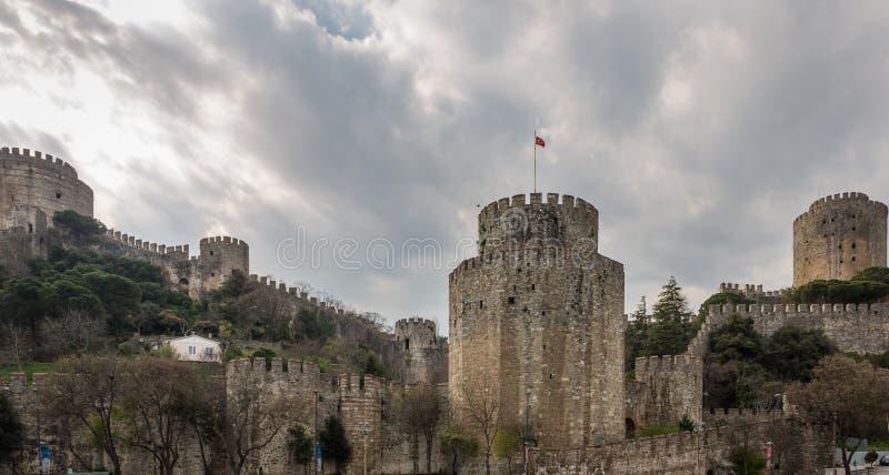 Rumeli Hisari (Schloss von Europa) durch die Bosphorus-Straße, Istanbul lizenzfreie stockbilder