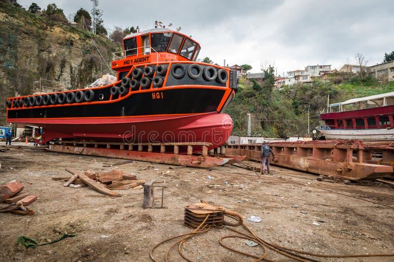 Rumelifeneri skeppsdockaarbetare som lanserar ett skepp arkivfoton