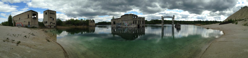 """RUMMU KARJÃ """"Ã """"R, ESTONIA MAY 2016 - panorama strzelająca nad Rummu łupem, zaniechany Radziecki czasu więzienie blisko Tallinn,  zdjęcie stock"""