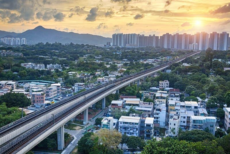 Rumore metallico lungo, città urbana di Hong Kong al momento di tramonto fotografia stock