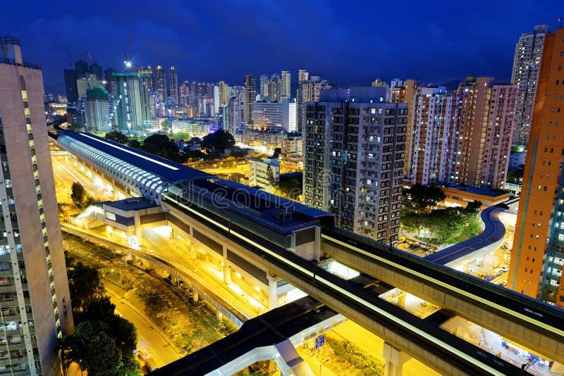 Rumore metallico lungo, città urbana di Hong Kong alla notte fotografia stock